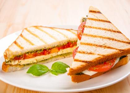tosti met pesto tomaat mozzarella en basilicum
